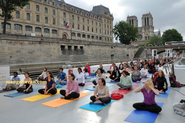 International-Yoga-Day-Celebrated-at- Bateaux-Mouch- boat