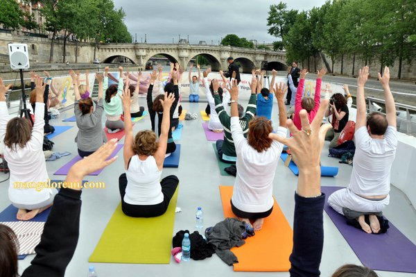 International-Yoga-Day-Celebrated-at- Bateaux-Mouch- boat1