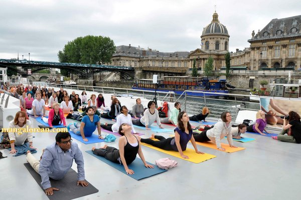 International-Yoga-Day-Celebrated-at- Bateaux-Mouch- boat2