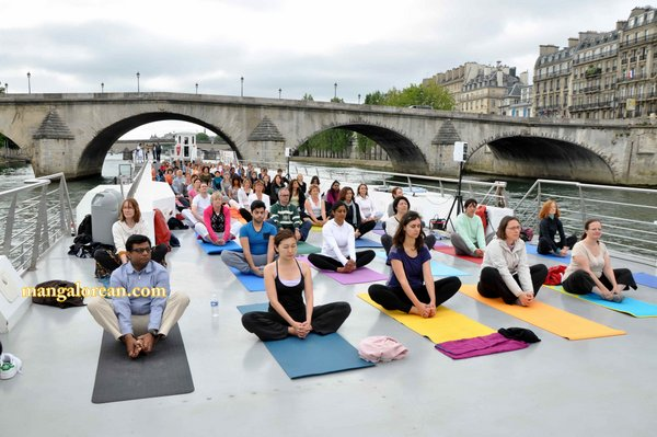 International-Yoga-Day-Celebrated-at- Bateaux-Mouch- boat3