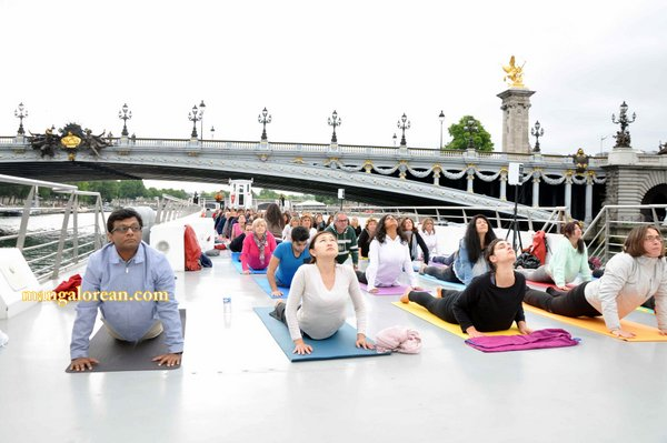 International-Yoga-Day-Celebrated-at- Bateaux-Mouch- boat4