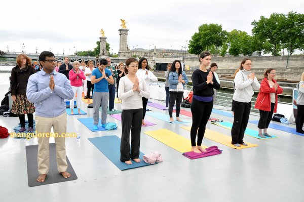 International-Yoga-Day-Celebrated-at- Bateaux-Mouch- boat5