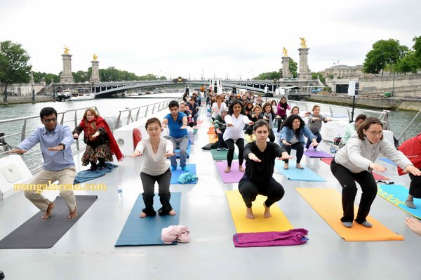 International-Yoga-Day-Celebrated-at- Bateaux-Mouch- boat6