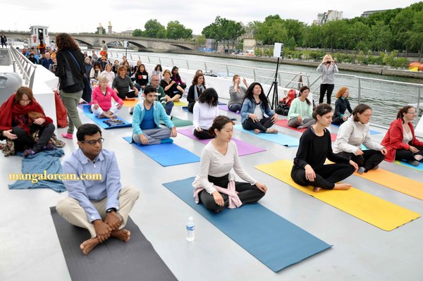 International-Yoga-Day-Celebrated-at- Bateaux-Mouch- boat7