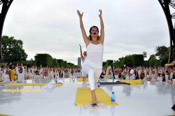 International-Yoga-Day-Celebrated-at- Eiffel-Tower2