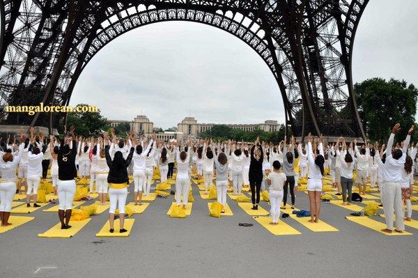 International-Yoga-Day-Celebrated-at- Eiffel-Tower3