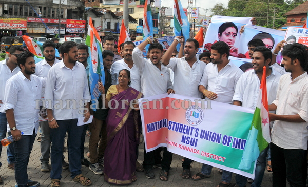 01-NSUI_congress_protest