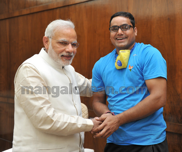The Cyclist, Abhishek Kumar Sharma who is undertaking nationwide 'Swachh Bharat' awareness cycle yatra calling on the Prime Minister, Shri Narendra Modi, in New Delhi on March 16, 2015.