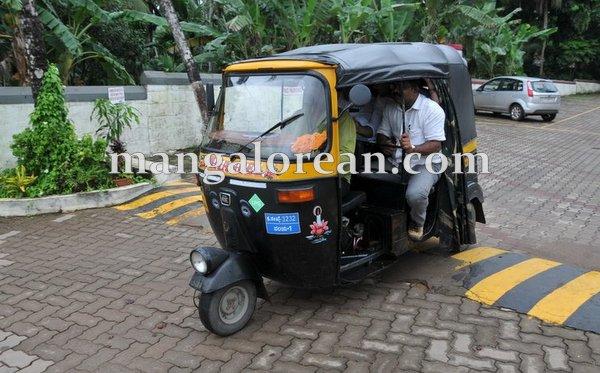 1-minister-khader-auto