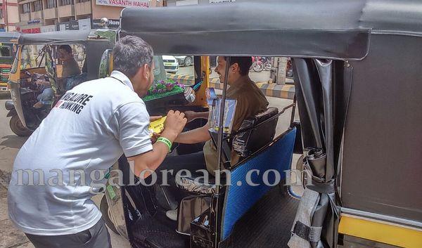 2-honking_Traffic_police-001