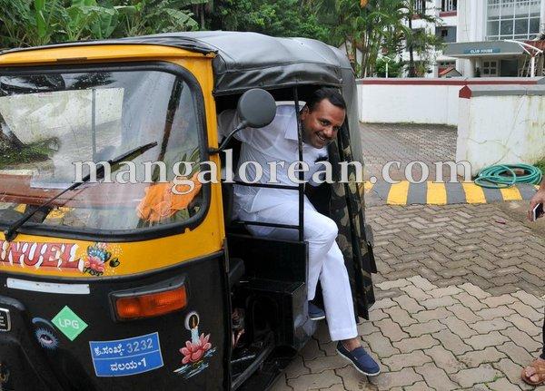 3-minister-khader-auto-002