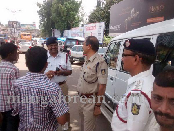 5-honking_Traffic_police-004