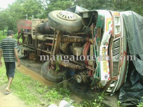 5-lorry-accident-20150716-004