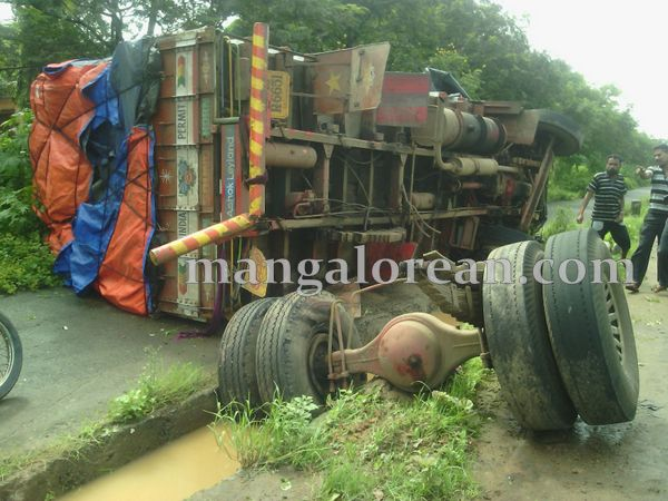 6-lorry-accident-20150716-005