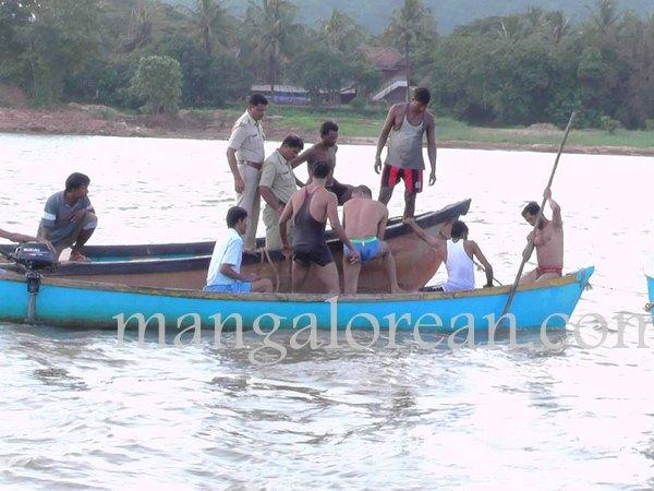 boat-capsize-pavoor-20150729 1440x1080-003