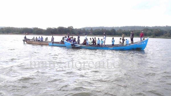 boat-capsize-pavoor-20150729 6016x3384-001