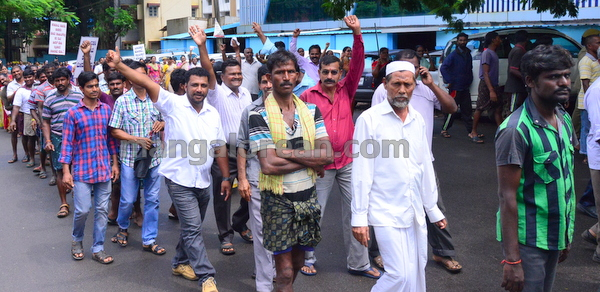 03-fishermen-protest-20150805-002