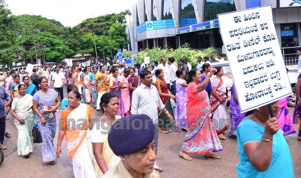 06-fishermen-protest-20150805-005