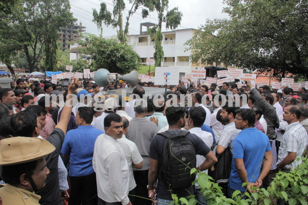 malpe_fishermens protest 04-08-2015 11-19-05