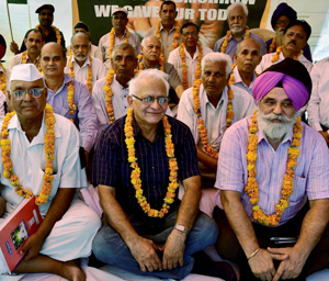 New Delhi: Ex-armymen protest over One Rank One Pension at Jantar Mantar in New Delhi on Monday. PTI Photo by Kamal Kishore(PTI6_15_2015_000168B)