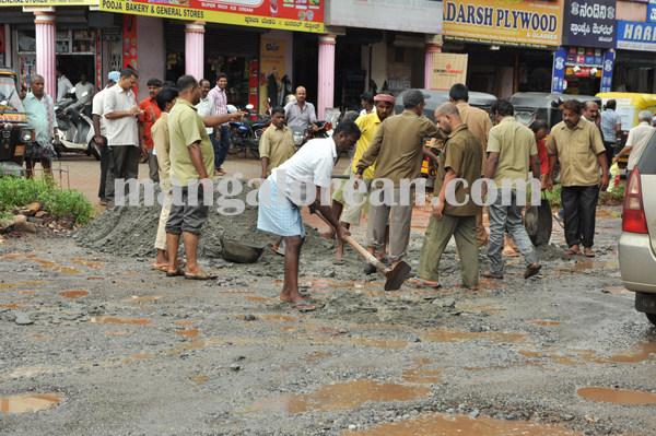 protest_badroad_malpe karavalijunction 06-08-2015 10-04-59