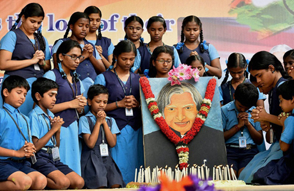 Chennai: School children pay tribute to former President APJ Abdul Kalam at their school campus in Chennai on Tuesday. PTI Photo  (PTI7_28_2015_000071B)