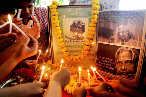 Mumbai: Students paying tribute to the former President APJ Abdul Kalam in Mumbai on Tuesday. PTI Photo (PTI7_28_2015_000072B)