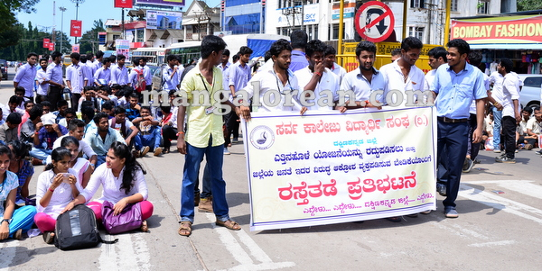 01-yettinahole-students-protest