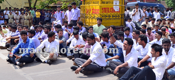 04-yettinahole-students-protest-003