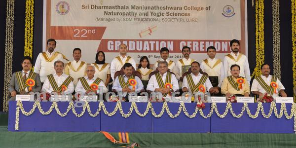 05-kejriwal-dharmastala-20150909-004
