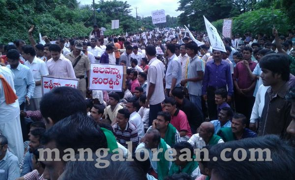 06-yetinahole-protest-005