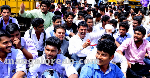 06-yettinahole-students-protest-005