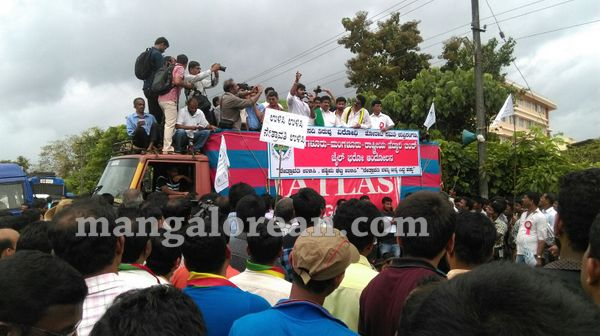 08-yetinahole-protest-007
