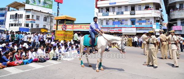 09-yettinahole-students-protest-008