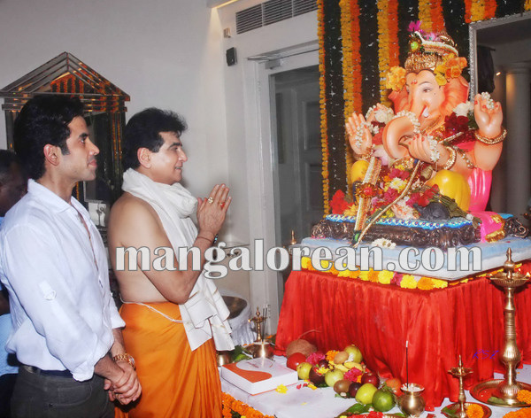 Mumbai Sept. 18 :- Bollywood actor / celebraties celebrated Ganesh Festival in Mumbai. In pic bollywood actor Jitendra. ( pic by Ravindra Zende )