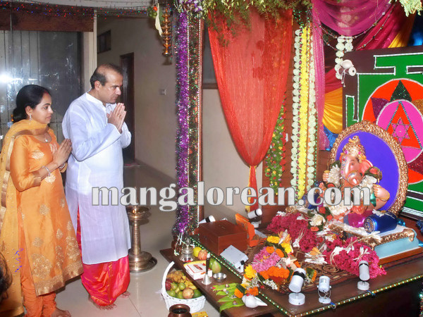 Mumbai Sept. 18 :- Bollywood actor / celebraties celebrated Ganesh Festival in Mumbai. In pic playback singer Suresh Wadkar. ( pic by Ravindra Zende )
