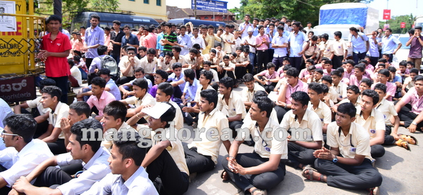 12-yettinahole-students-protest-011