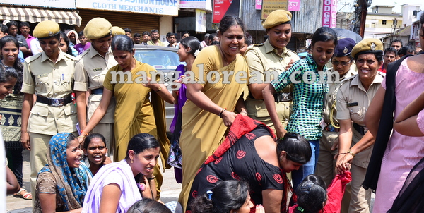 15-yettinahole-students-protest-014