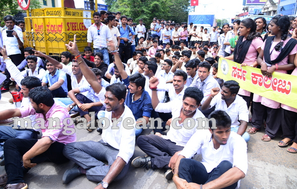 17-yettinahole-students-protest-016