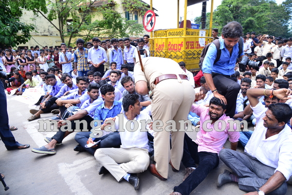18-yettinahole-students-protest-017