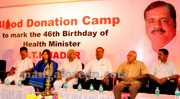 01-minister-khader-blood-donation-camp-20151012