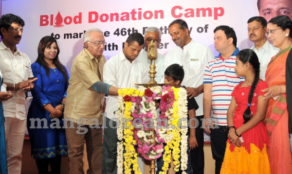 03-minister-khader-blood-donation-camp-20151012-002