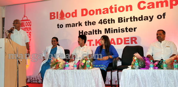 07-minister-khader-blood-donation-camp-20151012-006