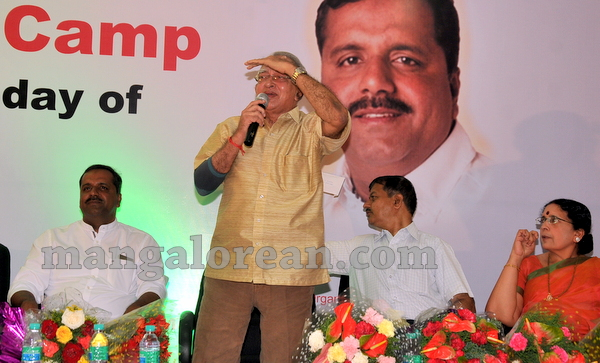 09-minister-khader-blood-donation-camp-20151012-008