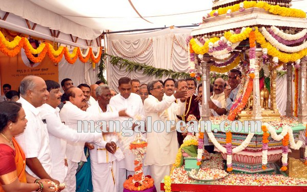 1.Shri-Puttaiah-Farmer-and-CM-inaugurated-Mysuru-Dasara-2015