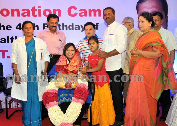 12-minister-khader-blood-donation-camp-20151012-011