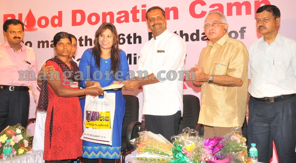 13-minister-khader-blood-donation-camp-20151012-012