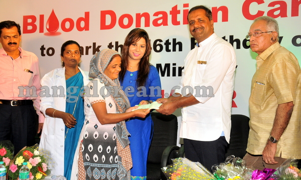 14-minister-khader-blood-donation-camp-20151012-013