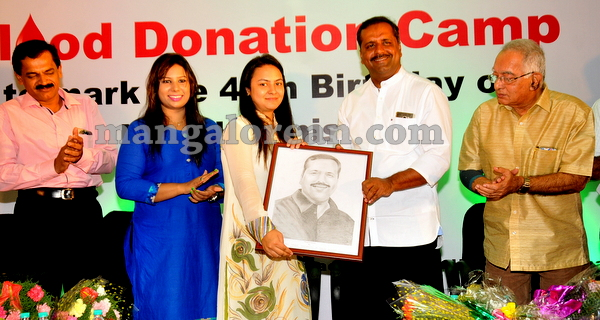 15-minister-khader-blood-donation-camp-20151012-014