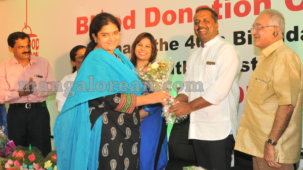 16-minister-khader-blood-donation-camp-20151012-015